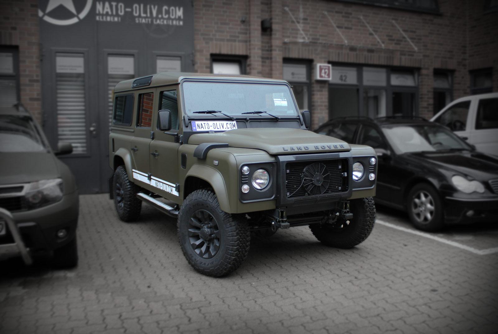 Land Rover Defender foliert in Nato-Oliv und schwarz matt Sprühfolie.