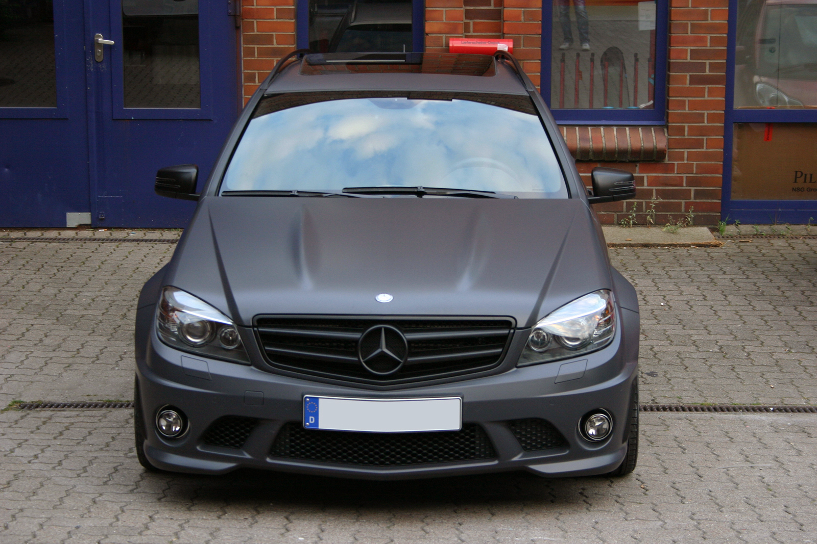 Frontalansicht des folierten Mercedes C63 in Anthrazit matt