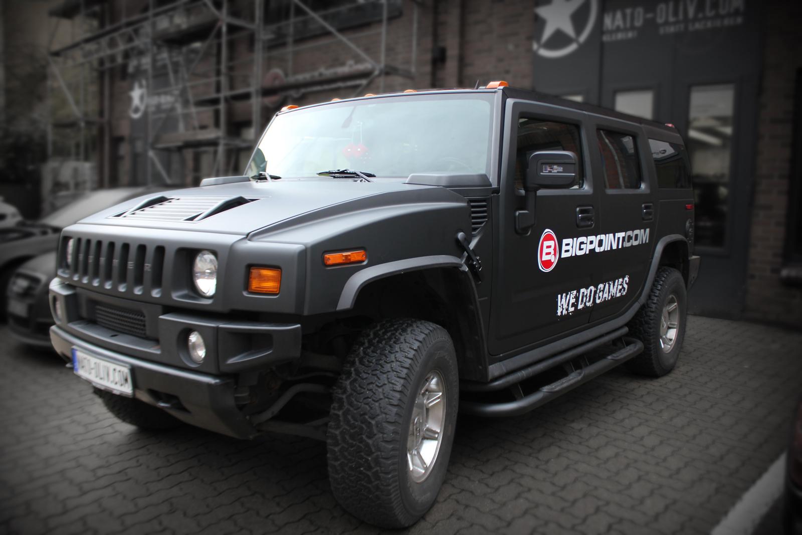 schraege Frontalansicht des Hummer H2 mit Folierung in schwarz matt und Firmenlogo als Brandings