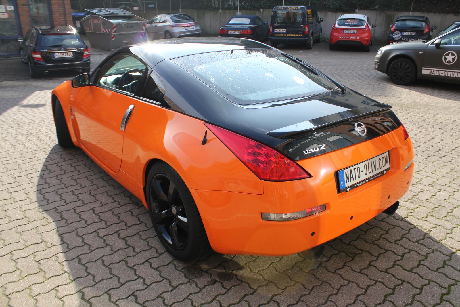 schraege Heckansicht des Nissan 350Z mit Teilfolierung in orange glanz