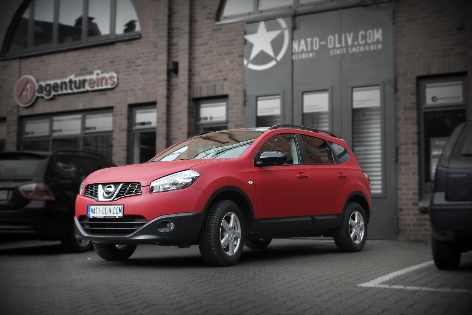 schraege Frontalansicht des Nissan Qashqai mit Garnet Red metallic matt Folie beklebt