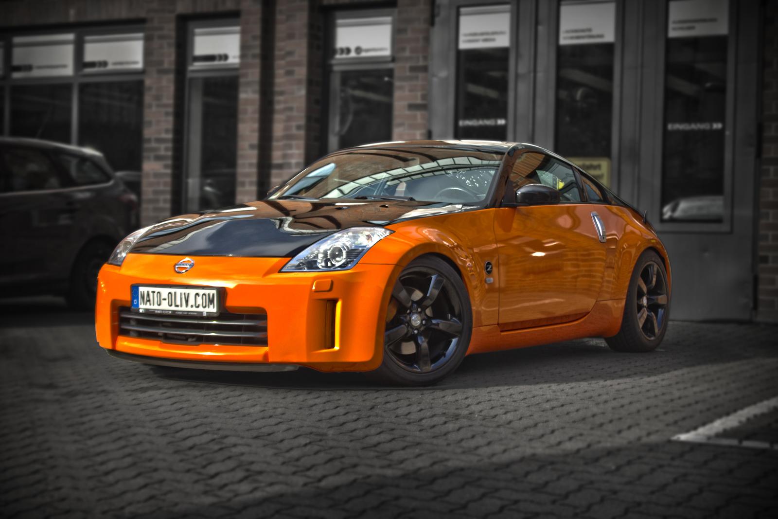 schraege Frontalansicht des Nissan 350Z mit Teilfolierung in orange glanz