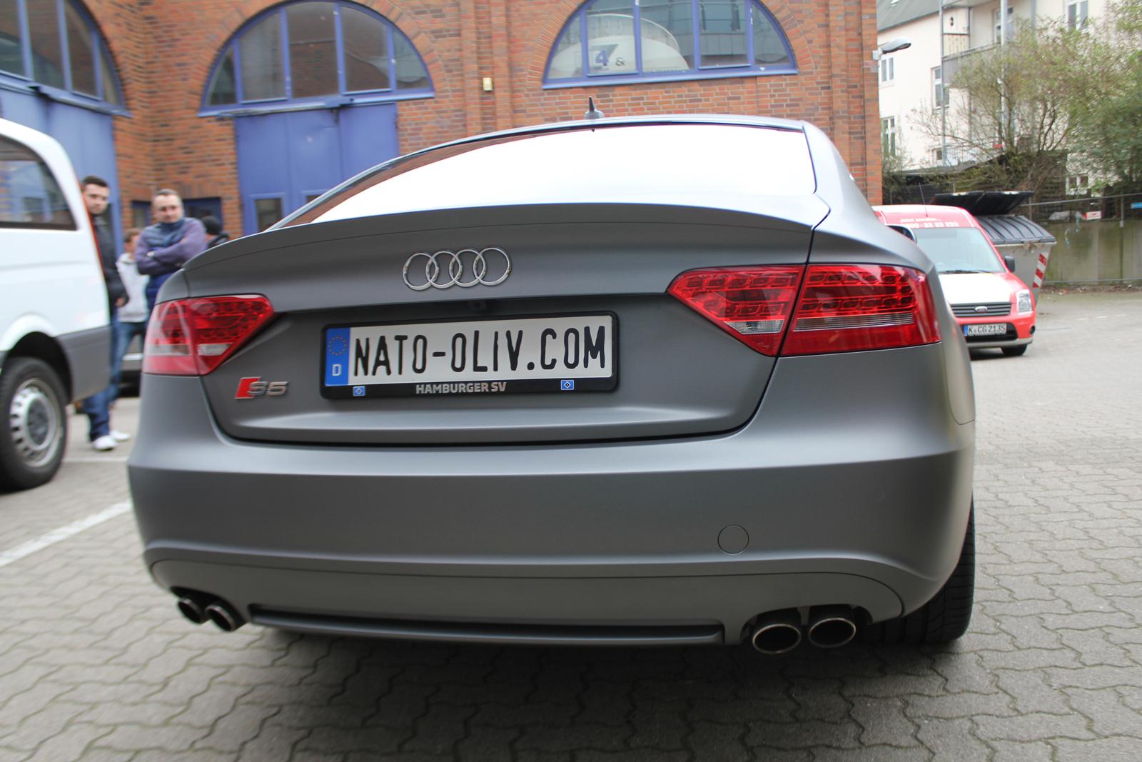Heckansicht des mit Folie in grau matt metallic beklebten Audi S5