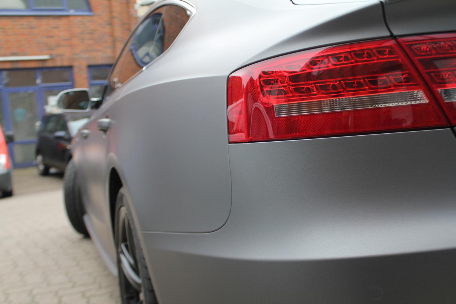 schraege Seitenansicht des mit Folie in grau matt metallic beklebten Audi S5