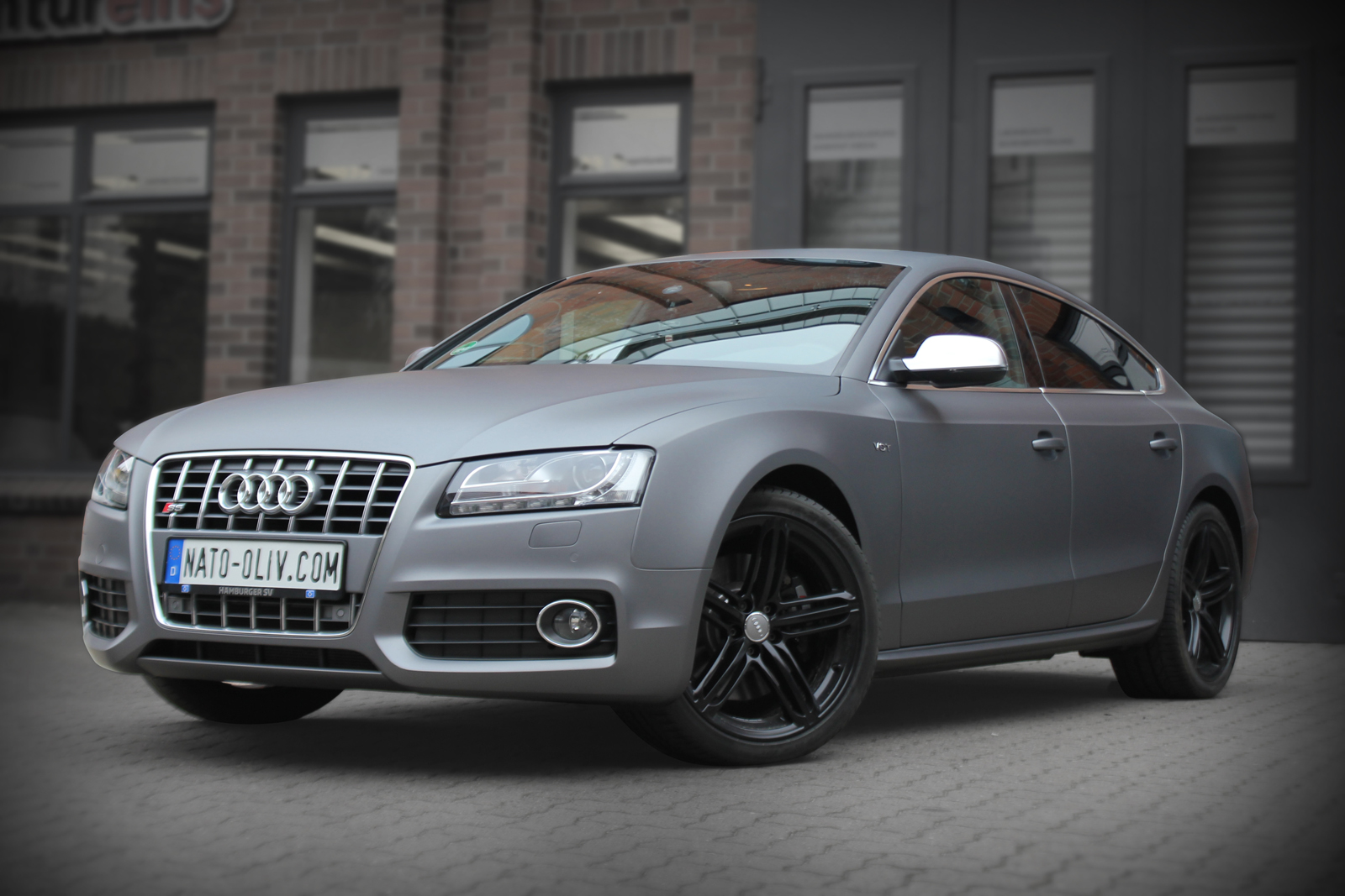 schraege Frontalansicht des mit Folie in grau matt metallic beklebten Audi S5