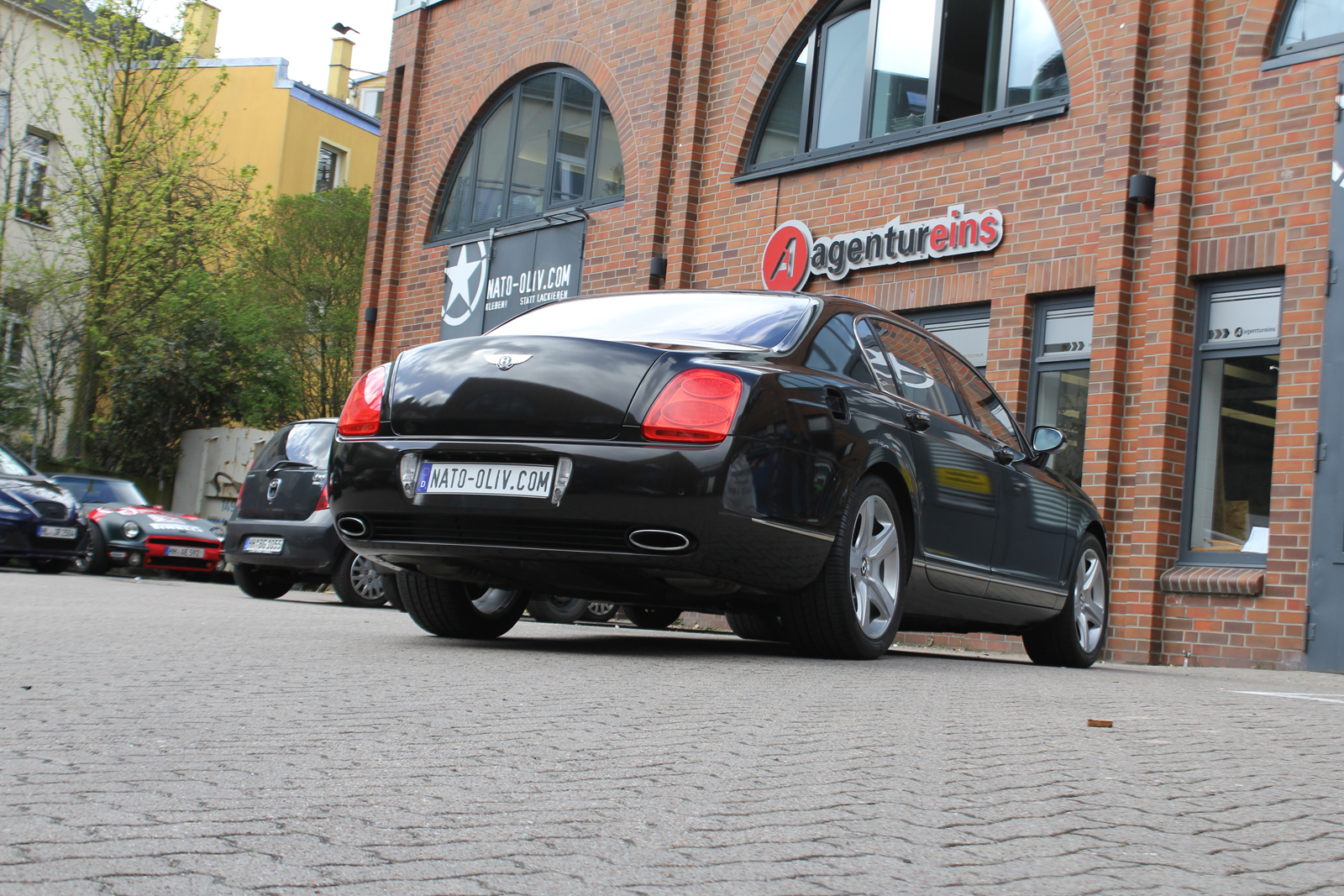 schraege Heckansicht des Bentley Continental mit Folie in schwarz metallic glanz beklebt