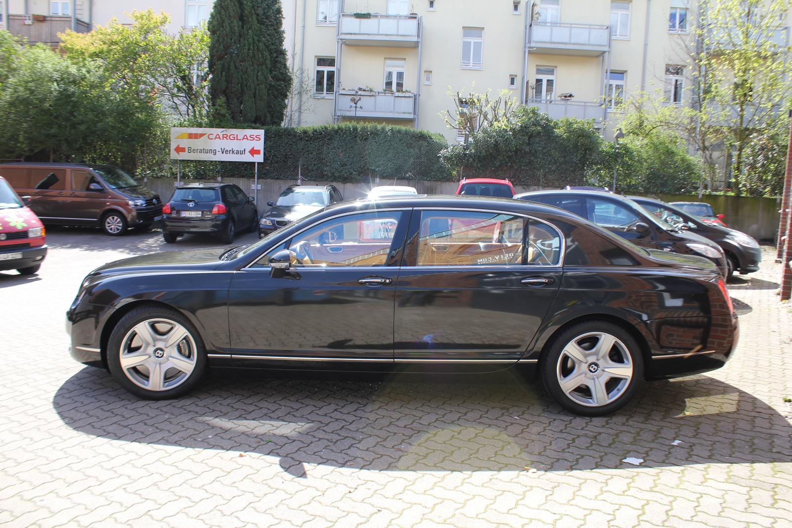 Seitenansicht des Bentley Continental mit Folie in schwarz metallic glanz beklebt