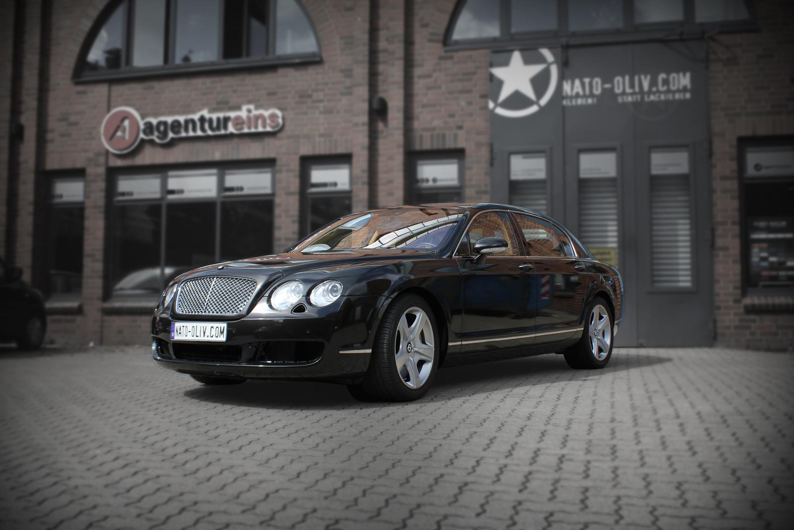 schraege Frontalansicht des Bentley Continental mit Folie in schwarz metallic glanz beklebt