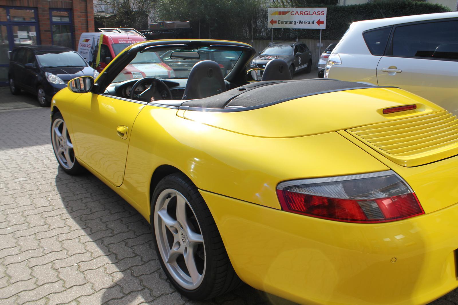 schraege Seitenansicht des mit Folie in Gelb Glanz beklebten Porsche 911 Cabrio