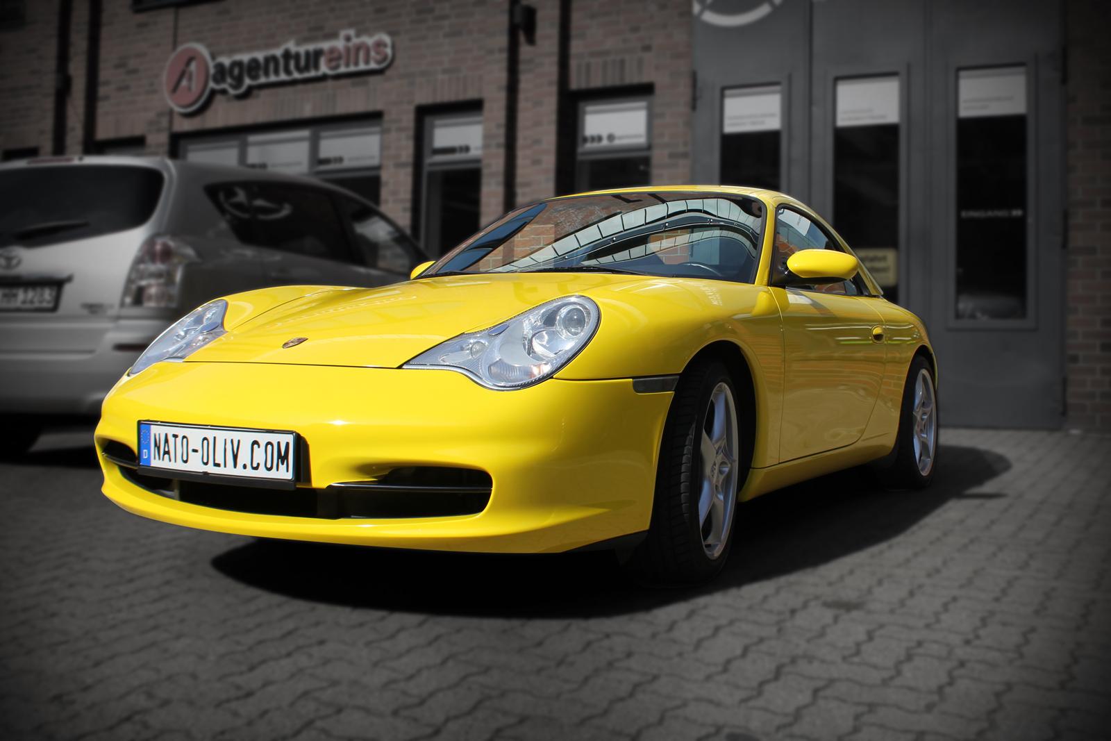 schraege Frontlansicht des mit Folie in Gelb Glanz beklebten Porsche 911 Cabrio