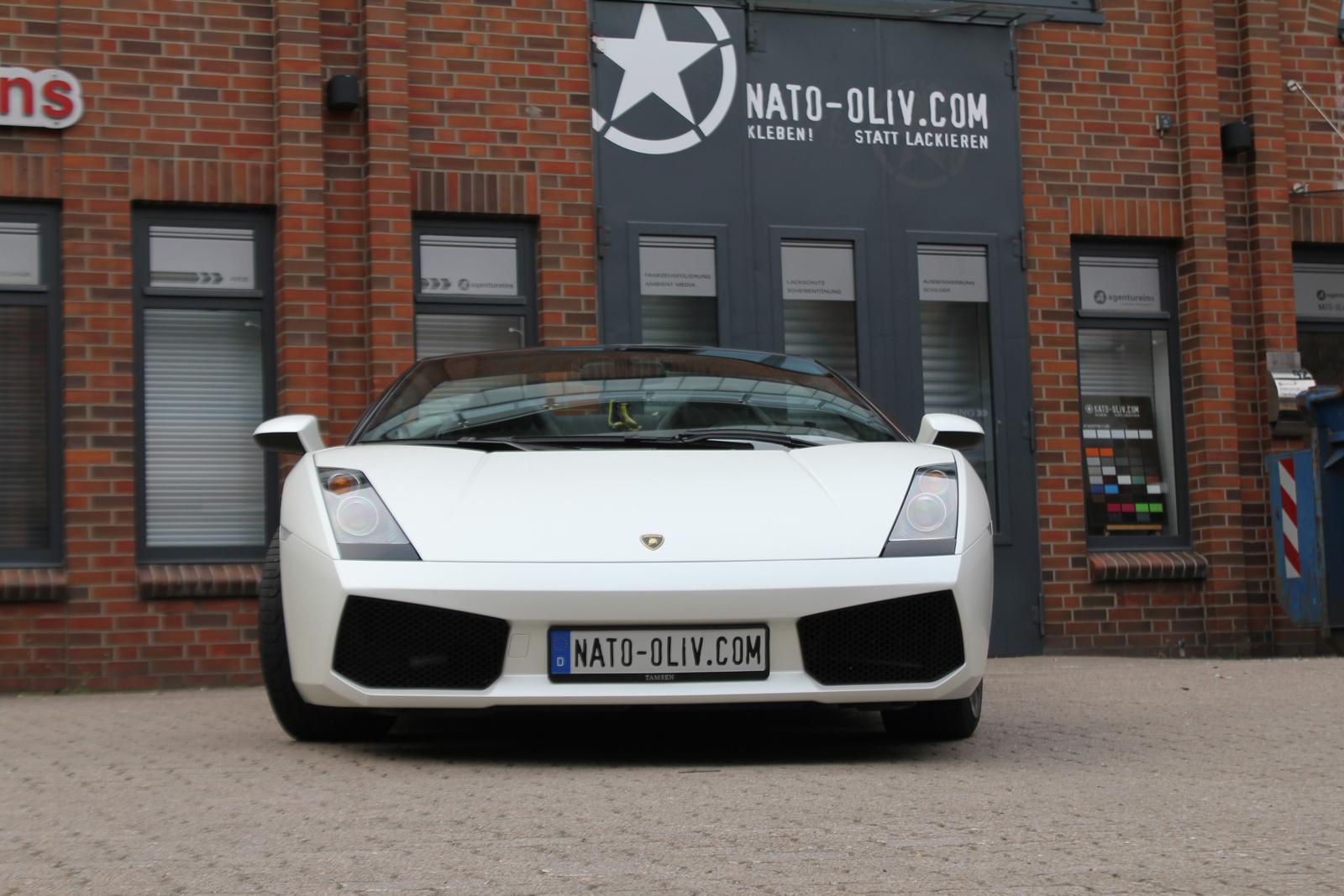 Frontalansicht des Lamborghini Gallardo Spider mit Folie beklebt in satin pearl white und schwarz matt