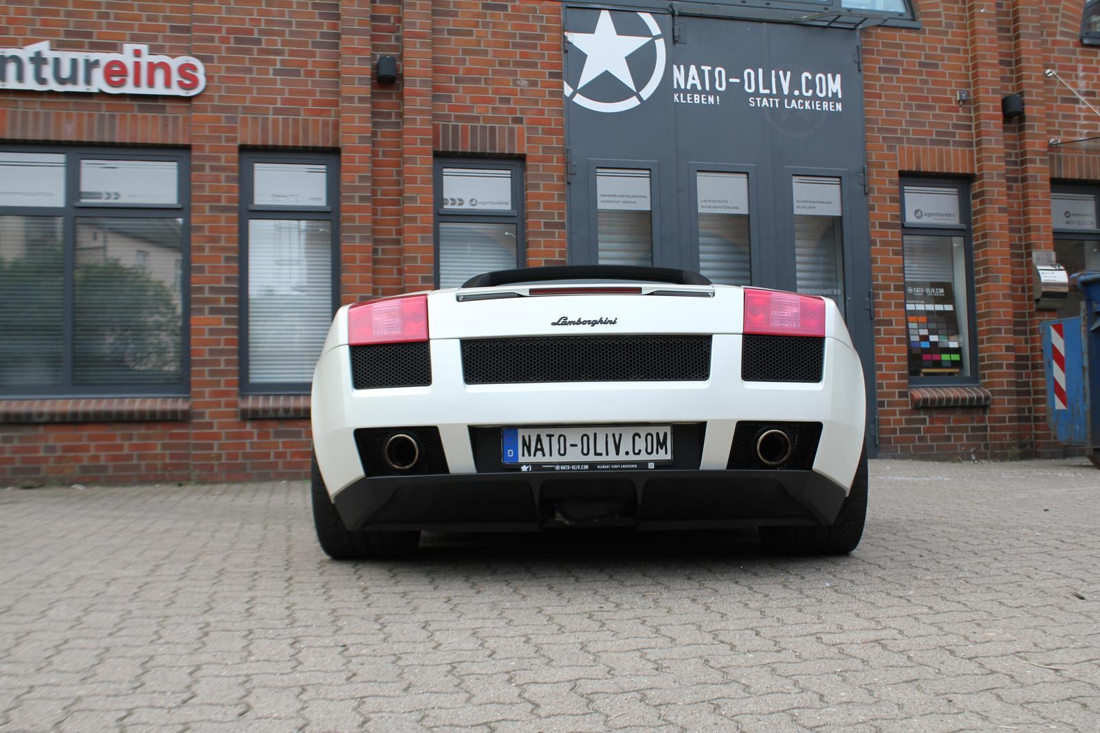 Heckansicht des Lamborghini Gallardo Spider mit Folie beklebt in satin pearl white und schwarz matt