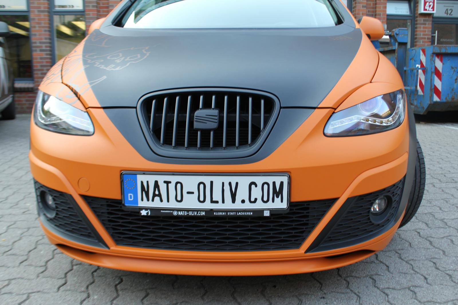 Frontalansicht des Seat Altea XL in orange matt und schwarz matt mit Folie beklebt