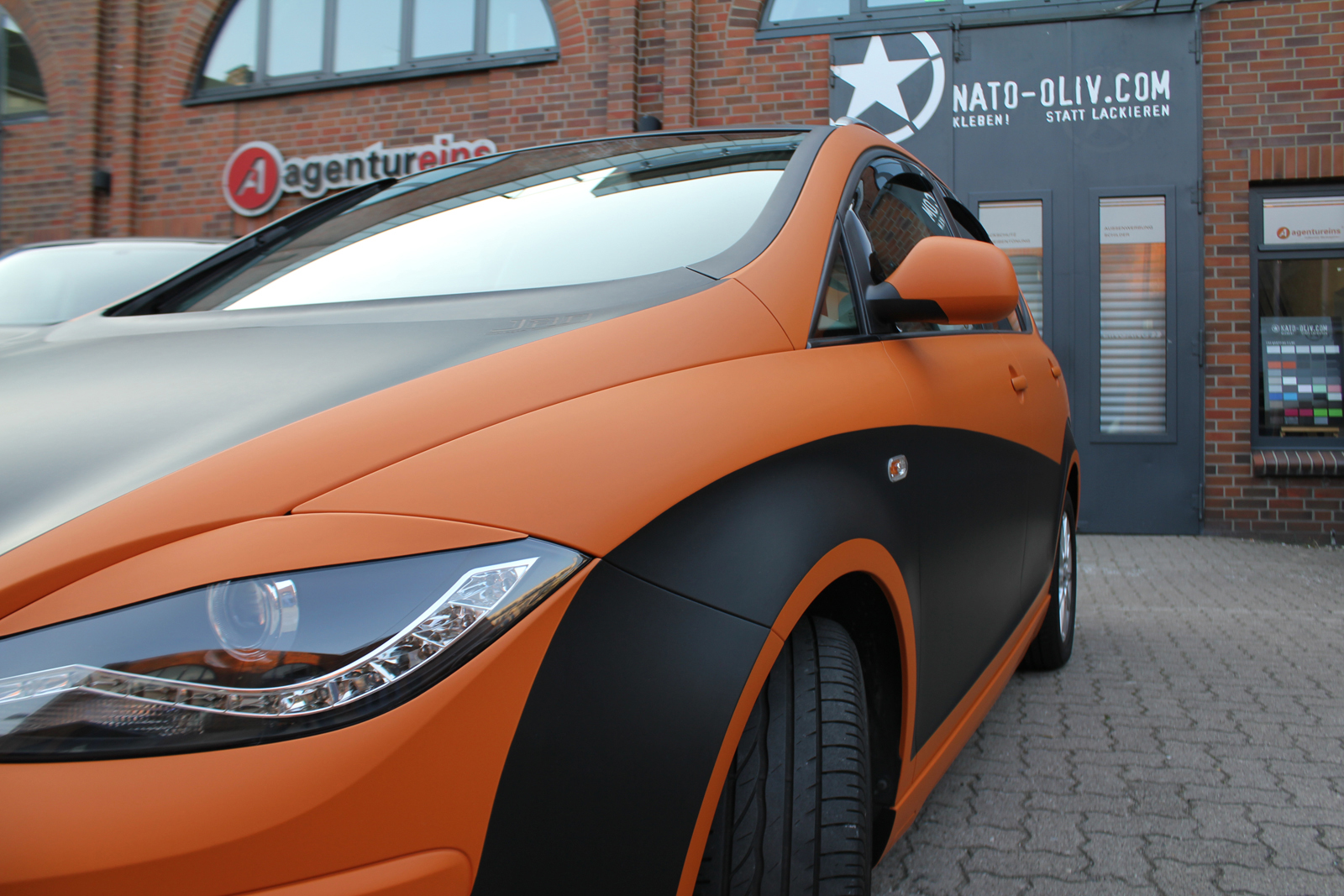 Car Wrapping Auto Folierung Seat Altea XL Orange Matt Schwarz Matt