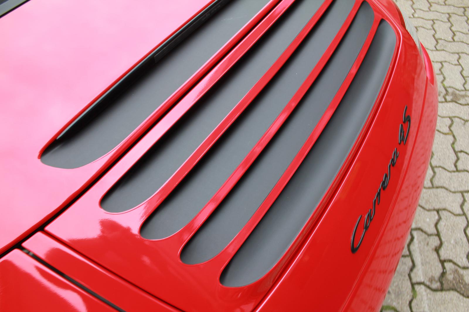 Car Wrapping Auto Folierung Porsche Carrera Cabriolet 4S Rot Glanz Schwaz Matt