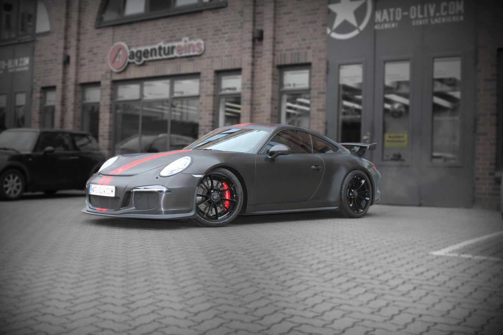 Porsche GT3 car wrapping schwarz gebuerstet Rallyestreifen