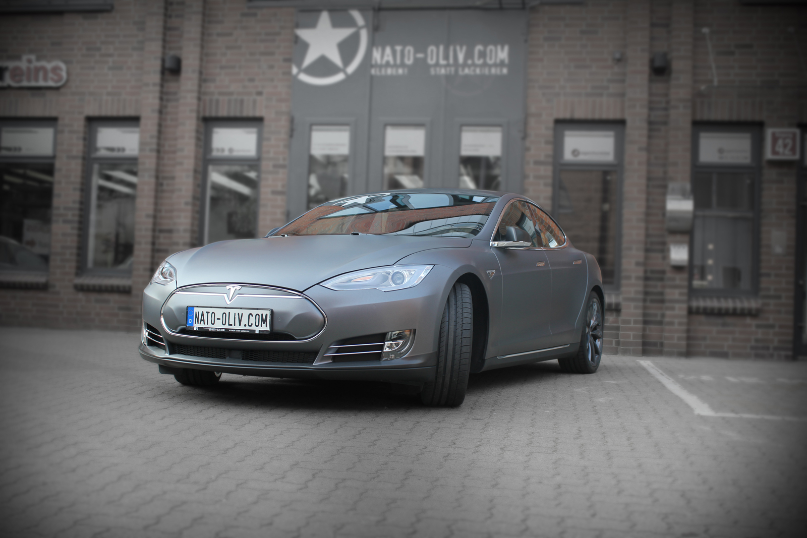 Car- Wrapping an einem Tesla Model S mit Folie in dark grey matt metallic