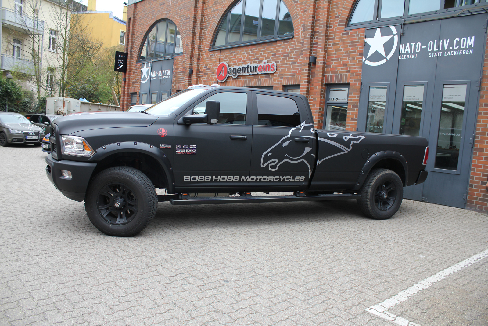 DODGE_RAM_CAR-WRAPPING_SCHWARZ_MATT_BOSS_HOSS_MOTORCYCLES_BRANDING_01