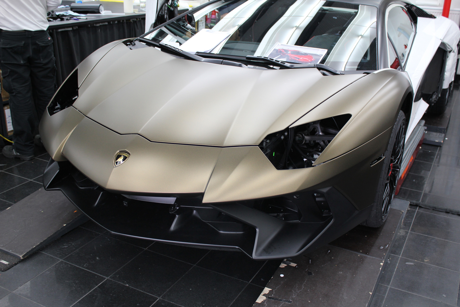 LAMBORGHINI_AVENTADOR_SV_CAR-WRAPPING_BOND_GOLD_02