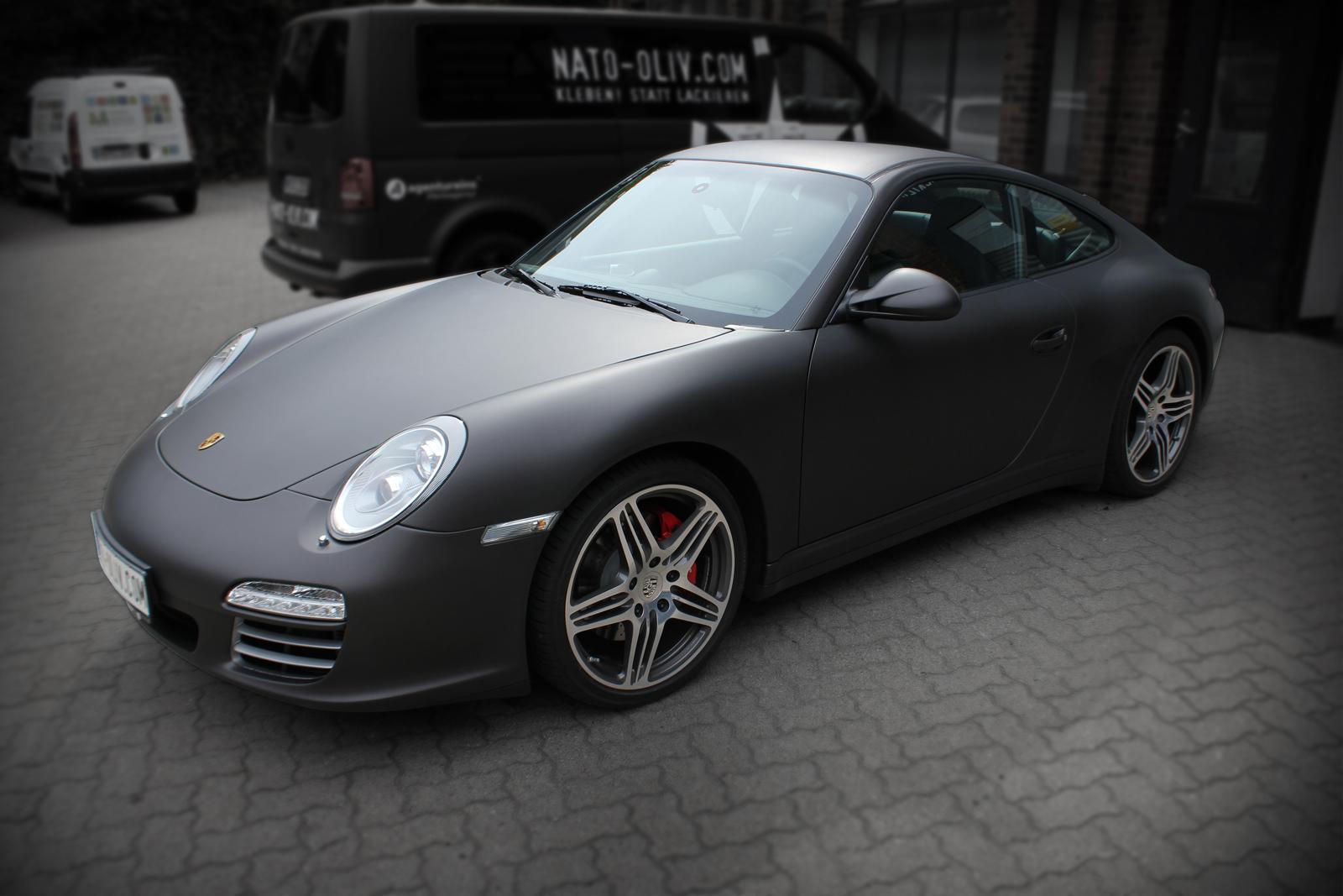 Schräge Frontalansicht des Porsche 997 mit Folie in schwarz-braun matt metallic beklebt