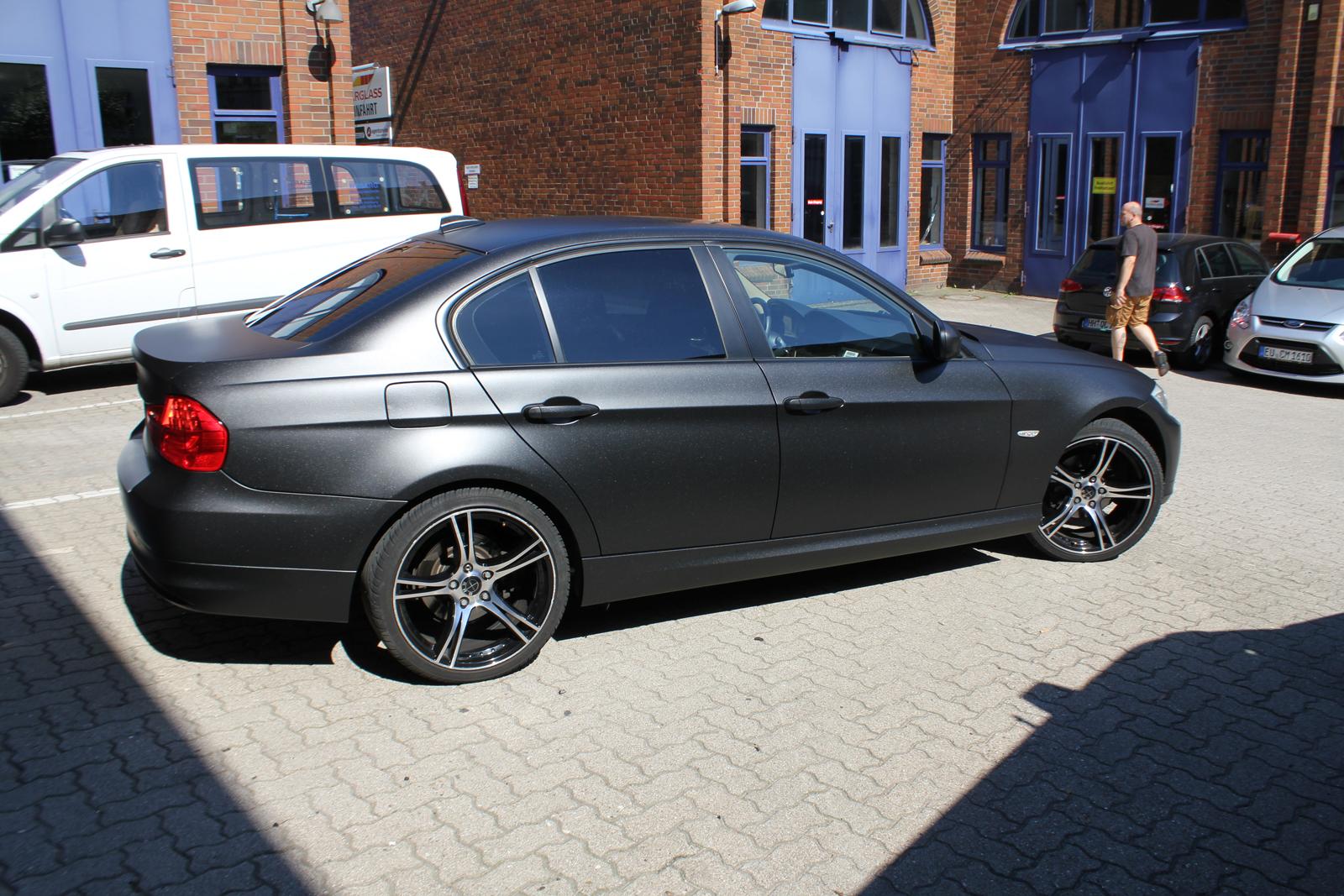 Seitenansicht Folie in Midnight-Black metallic matt verklebt auf einem 3er BMW