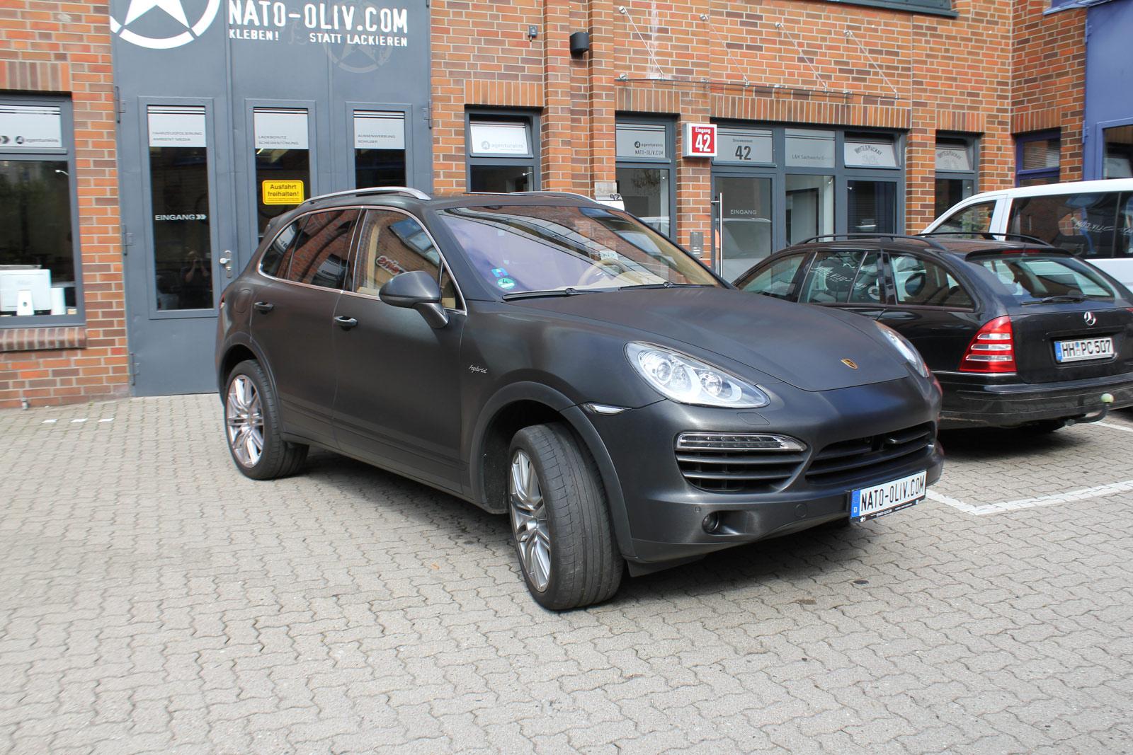 Porsche Cayenne Folierung in schwarz gebürstet.