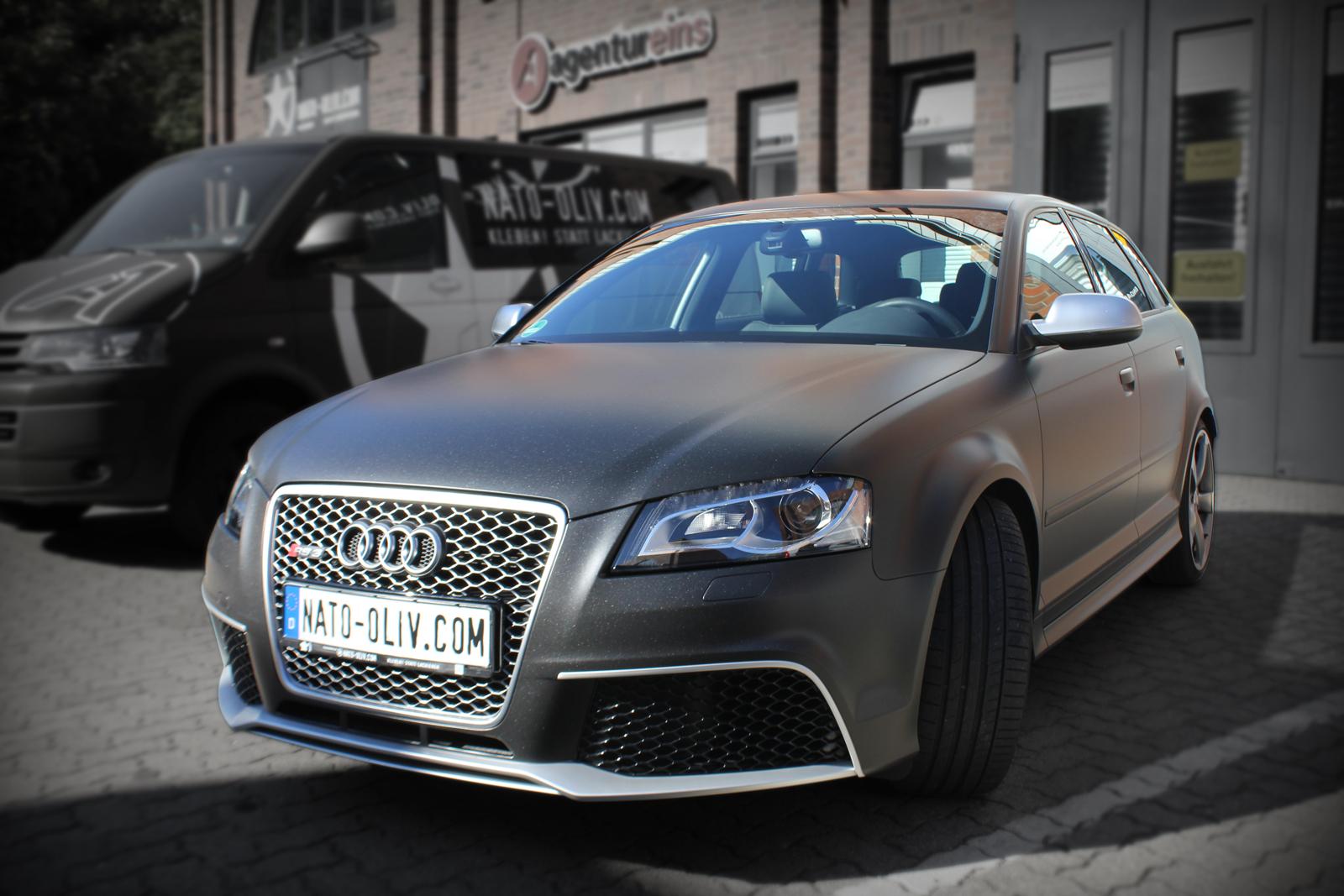 schraege Frontalansicht des Audi RS3 mit Folie in Midnightblack metallic matt beklebt