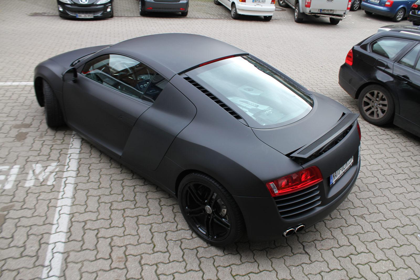 Heckansicht des Audi R8 in schwarz matt mit carbon Extras.