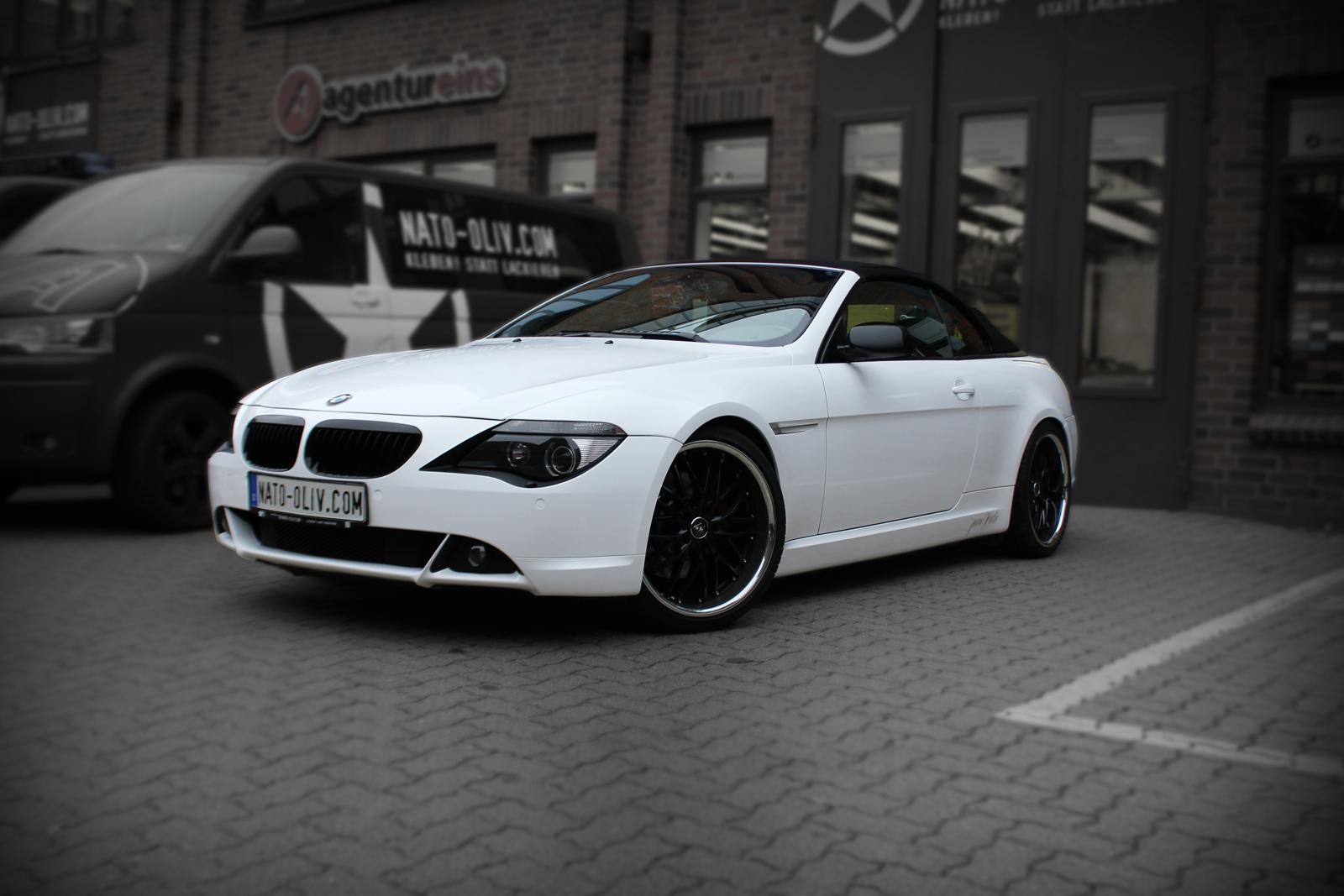 schraege Frontalansicht des weiss folierten 6er BMW