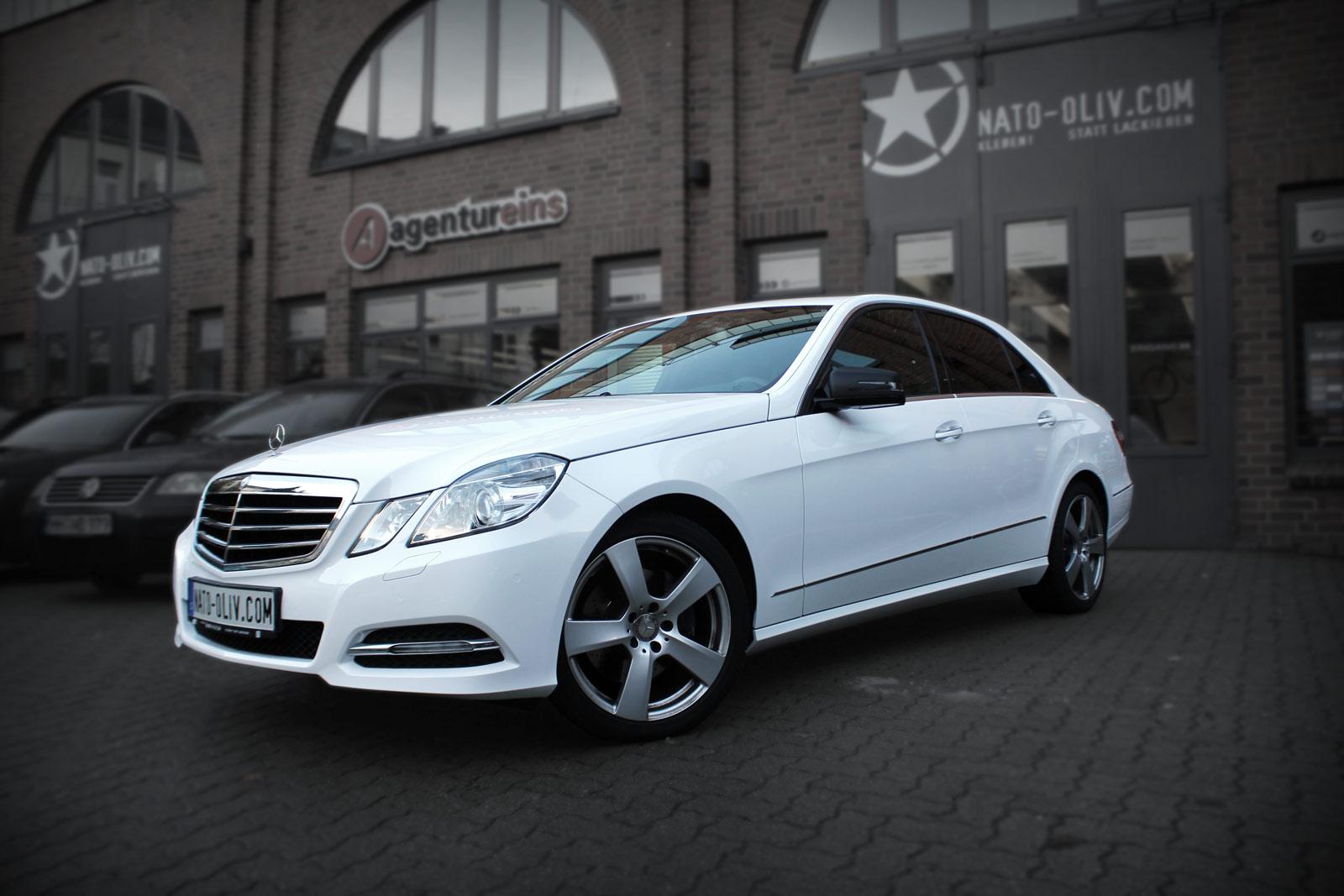 Mercedes E-Klasse in weiß glänzend komplett foliert und mit Carbon an den Spiegeln veredelt.