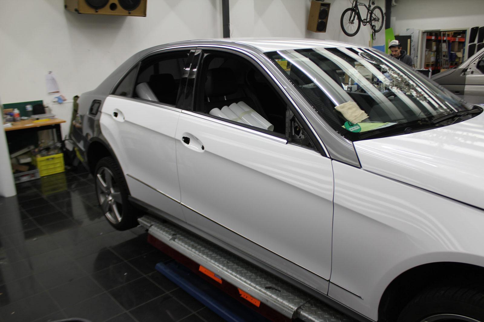 Mercedes_E-Klasse_weiss_glanz_foliert_carbon_spiegel_03