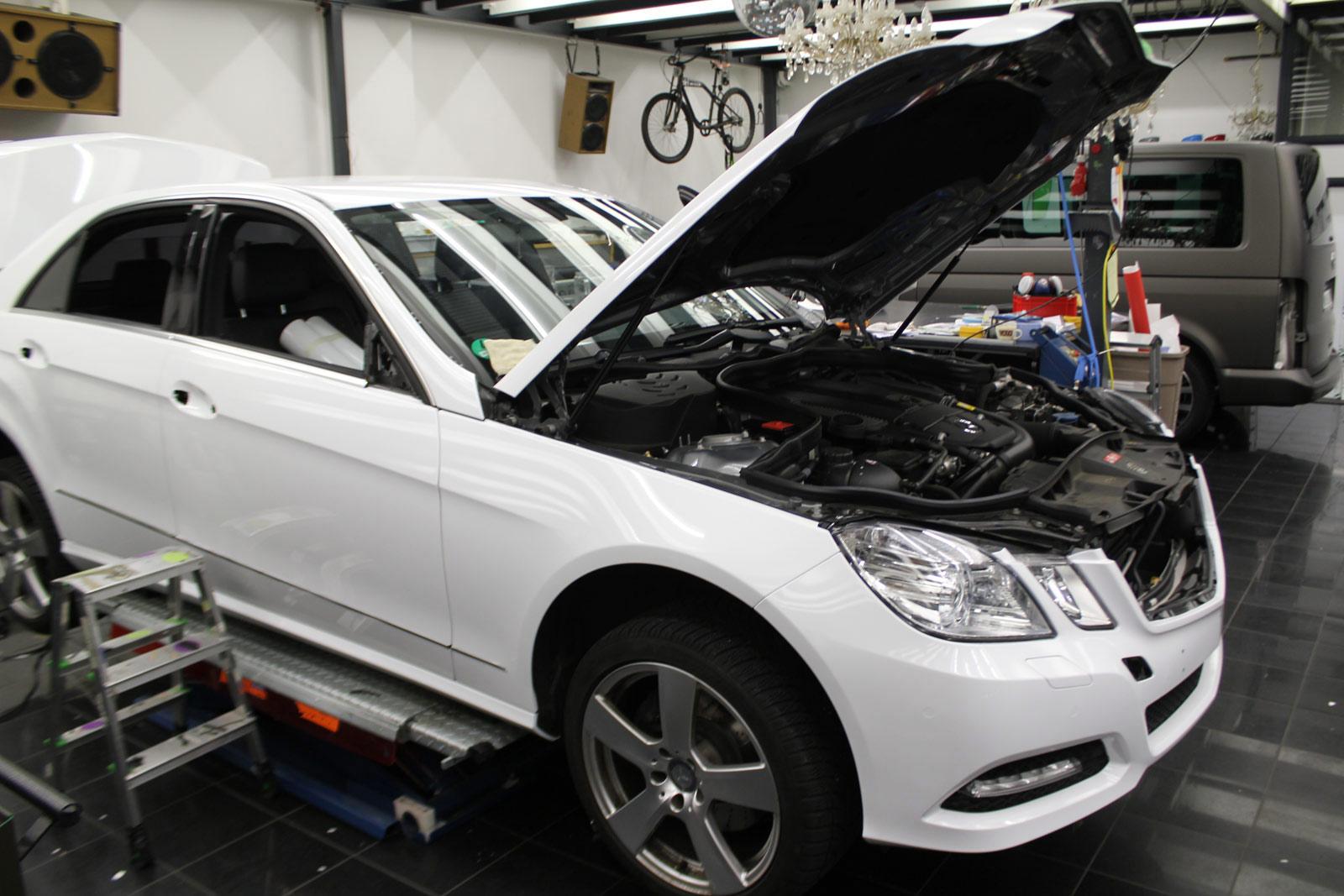 Mercedes_E-Klasse_weiss_glanz_foliert_carbon_spiegel_05