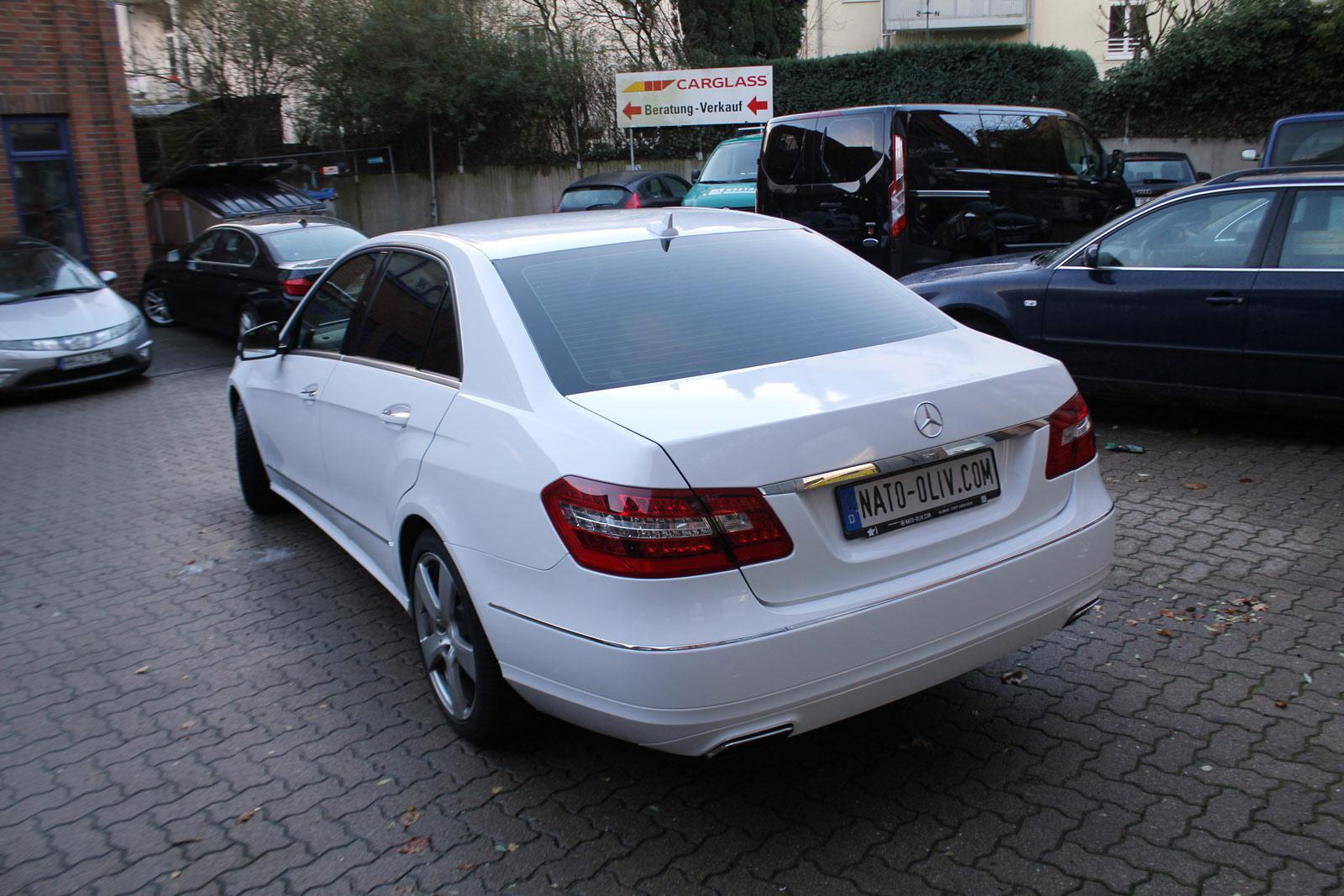 Mercedes E-Klasse weiß glänzend foliert.