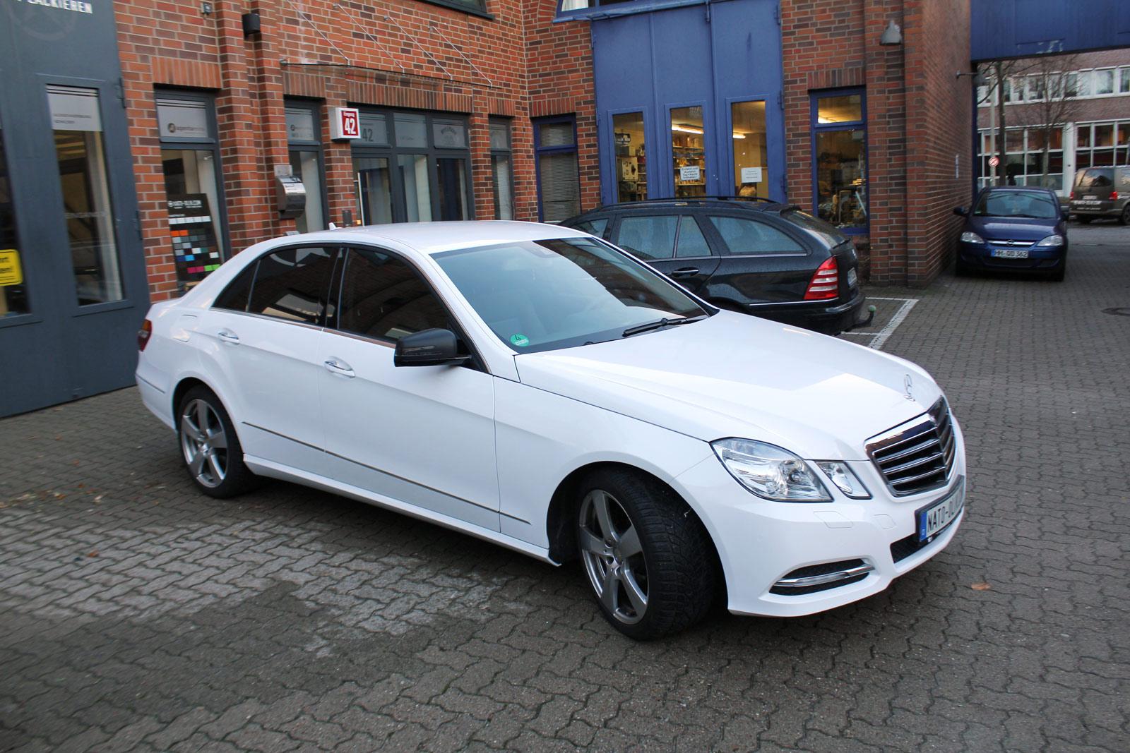 Seitenansicht der Mercedes E-Klasse in Weiß glanz komplett beklebt.
