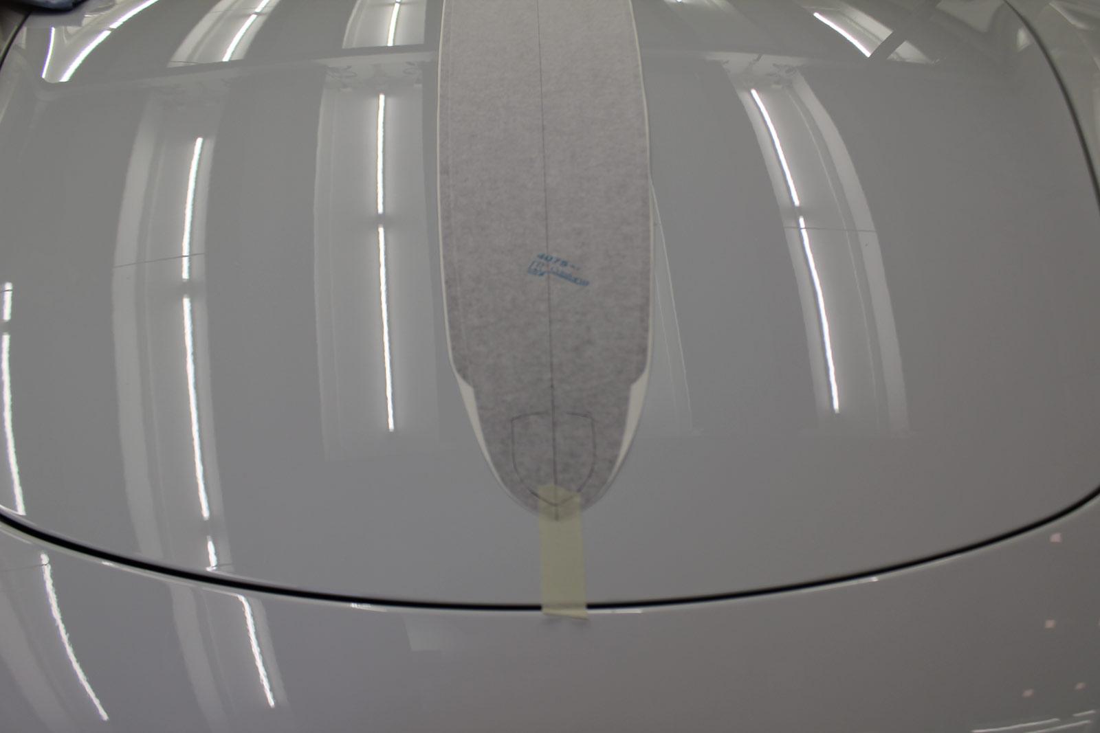 Porsche_Cayman_2014_weiss_Rallyestreifen_gunmetal_metallic_matt_mit_schwarz_matt_01