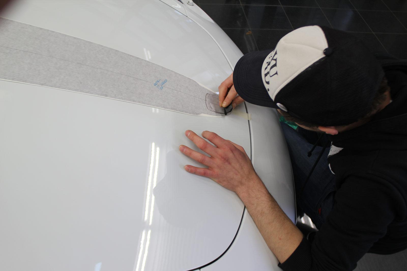Porsche_Cayman_2014_weiss_Rallyestreifen_gunmetal_metallic_matt_mit_schwarz_matt_02