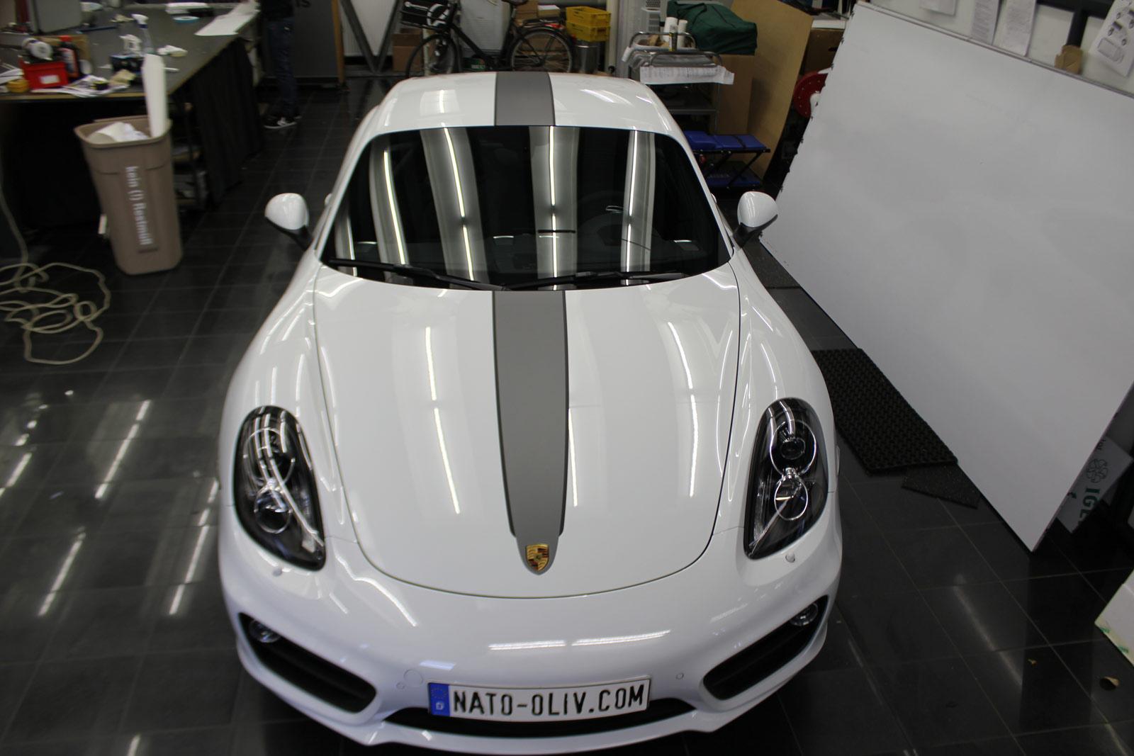 Porsche_Cayman_2014_weiss_Rallyestreifen_gunmetal_metallic_matt_mit_schwarz_matt_04