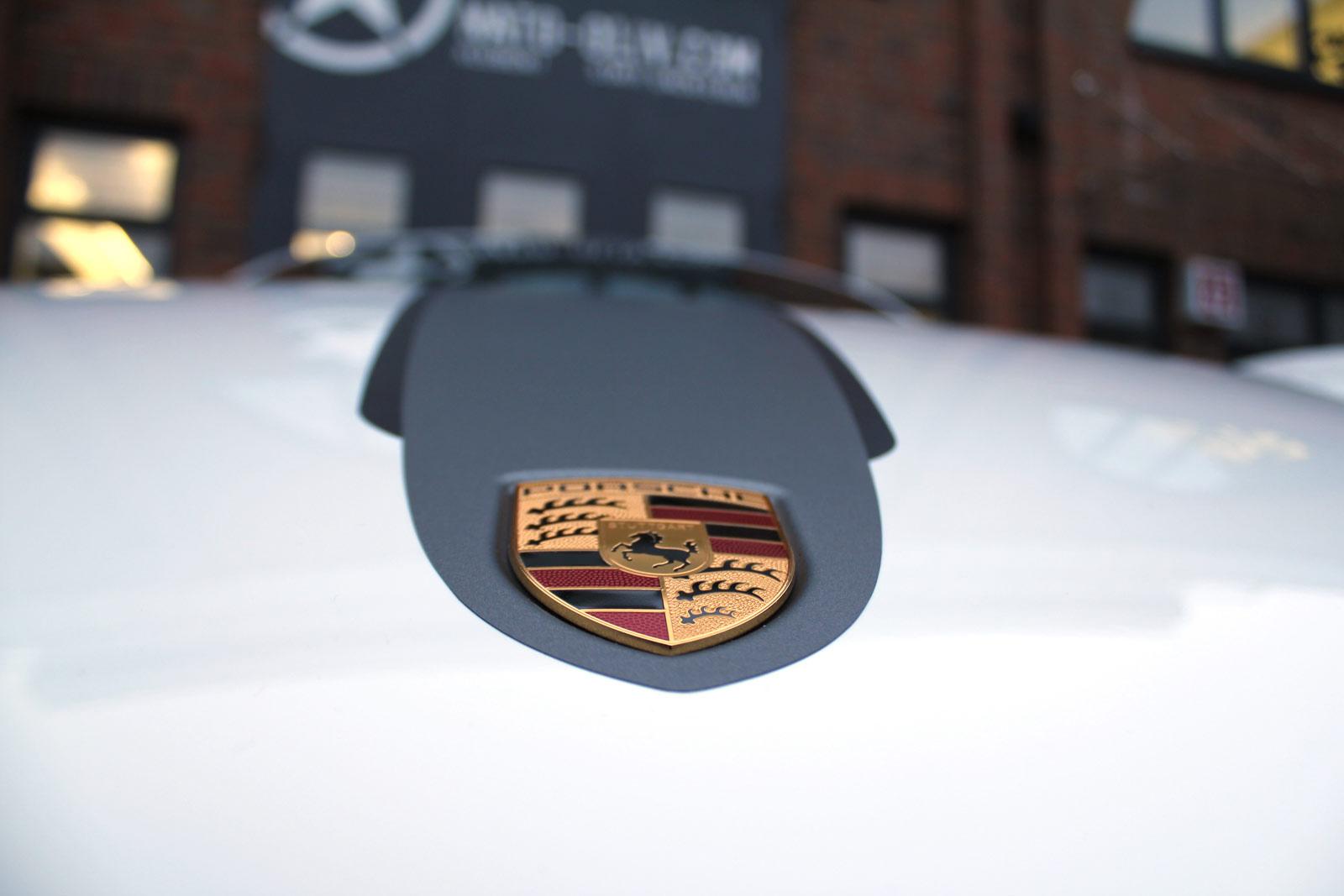 Porsche_Cayman_2014_weiss_Rallyestreifen_gunmetal_metallic_matt_mit_schwarz_matt_06