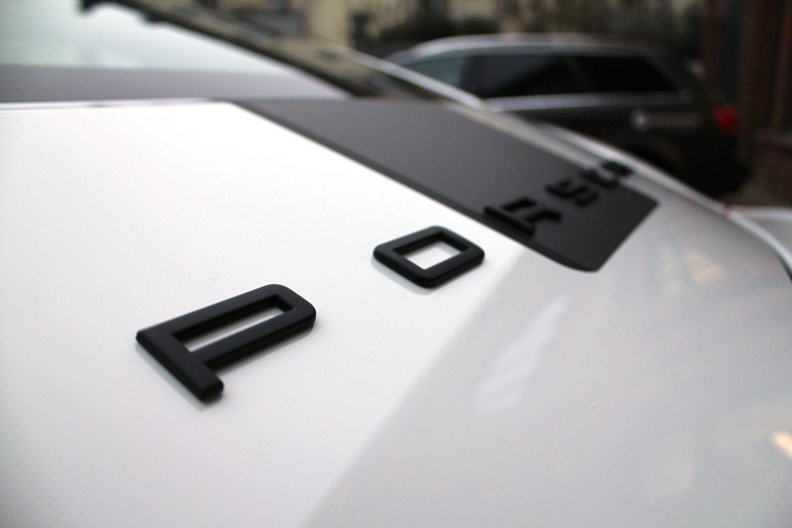 Porsche_Cayman_2014_weiss_Rallyestreifen_gunmetal_metallic_matt_mit_schwarz_matt_09