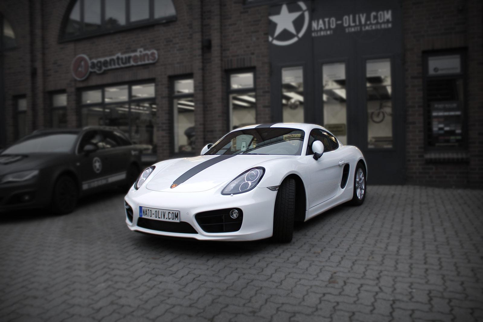 Porsche Cayman 2014 in weiß mit zweifarbigem Rallyestreifen im GT3 RS Style.