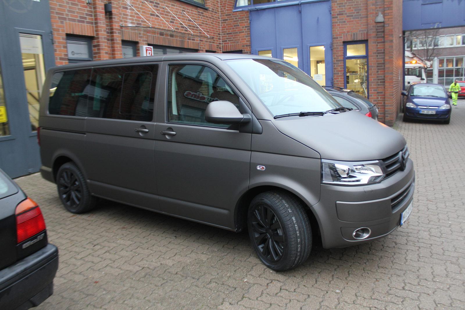 Seitenansicht des VW T5 Multivan mit Fahrradhalterung Schutzfolie und kompletter Folierung in Charcoal matt metallic.