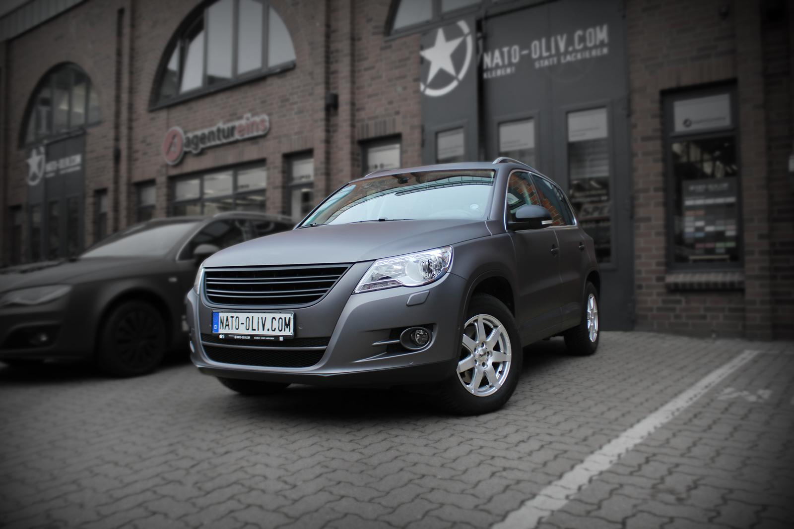 VW Tiguan foliert in anthrazit matt metallic mit zusätzlich folierten Spiegeln in Carbon.