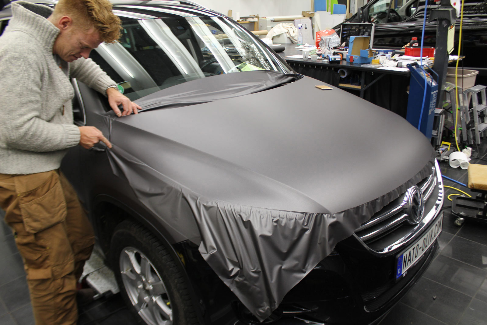 VW_Tiguan_Foliert_Anthrazit_Matt_Metallic_Carbon_Spiegel_03