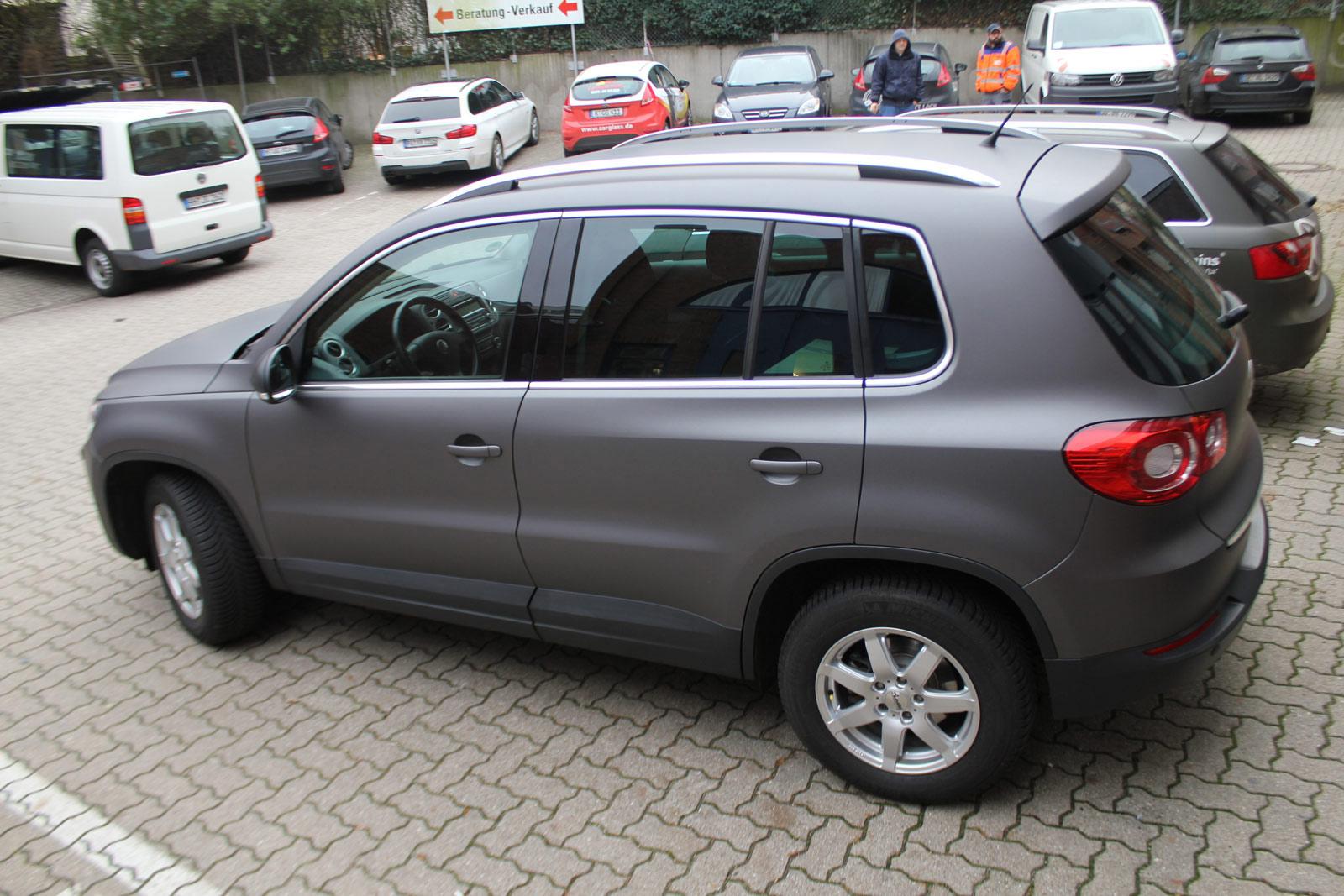 Seitenansicht des VW Tiguan in Anthrazit matt metallic Folie.