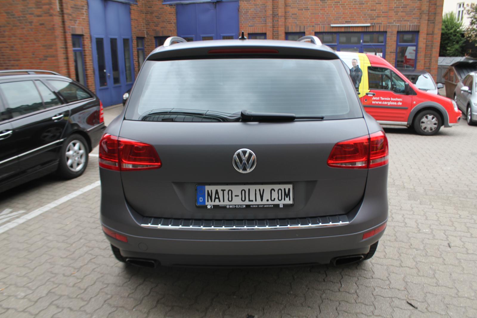 Heckansicht des mit Folie in anthrazit metallic matt beklebten VW Touareg