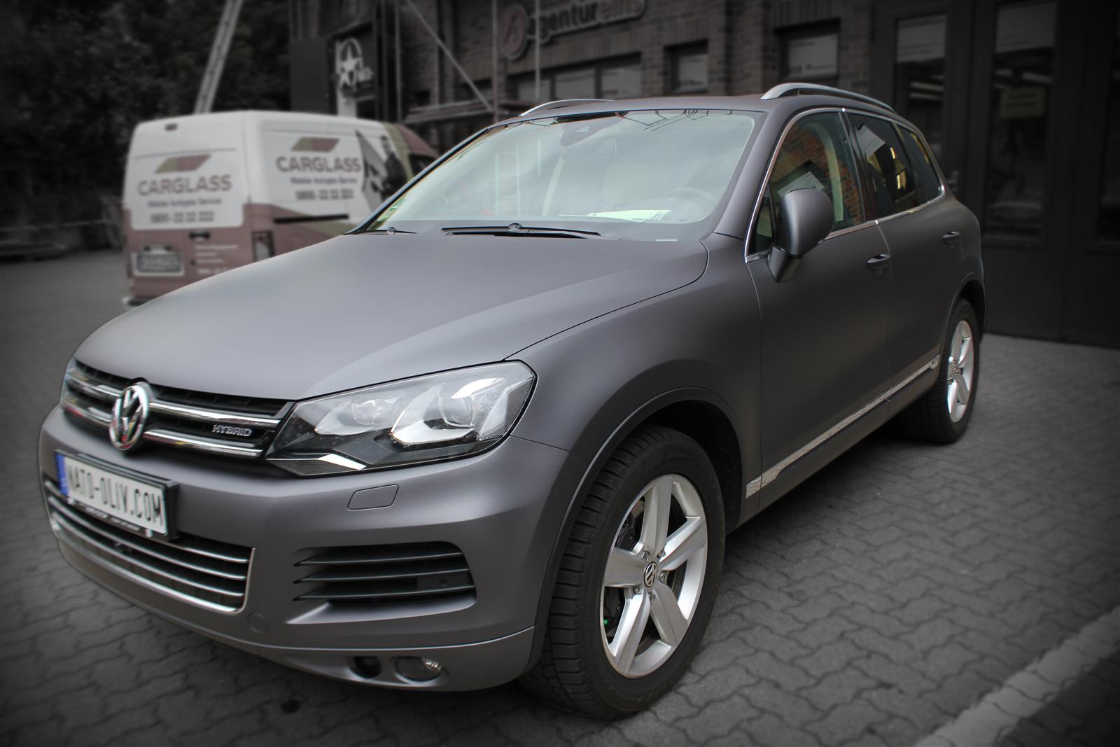 schraege Frontansicht des mit Folie in anthrazit metallic matt beklebten VW Touareg
