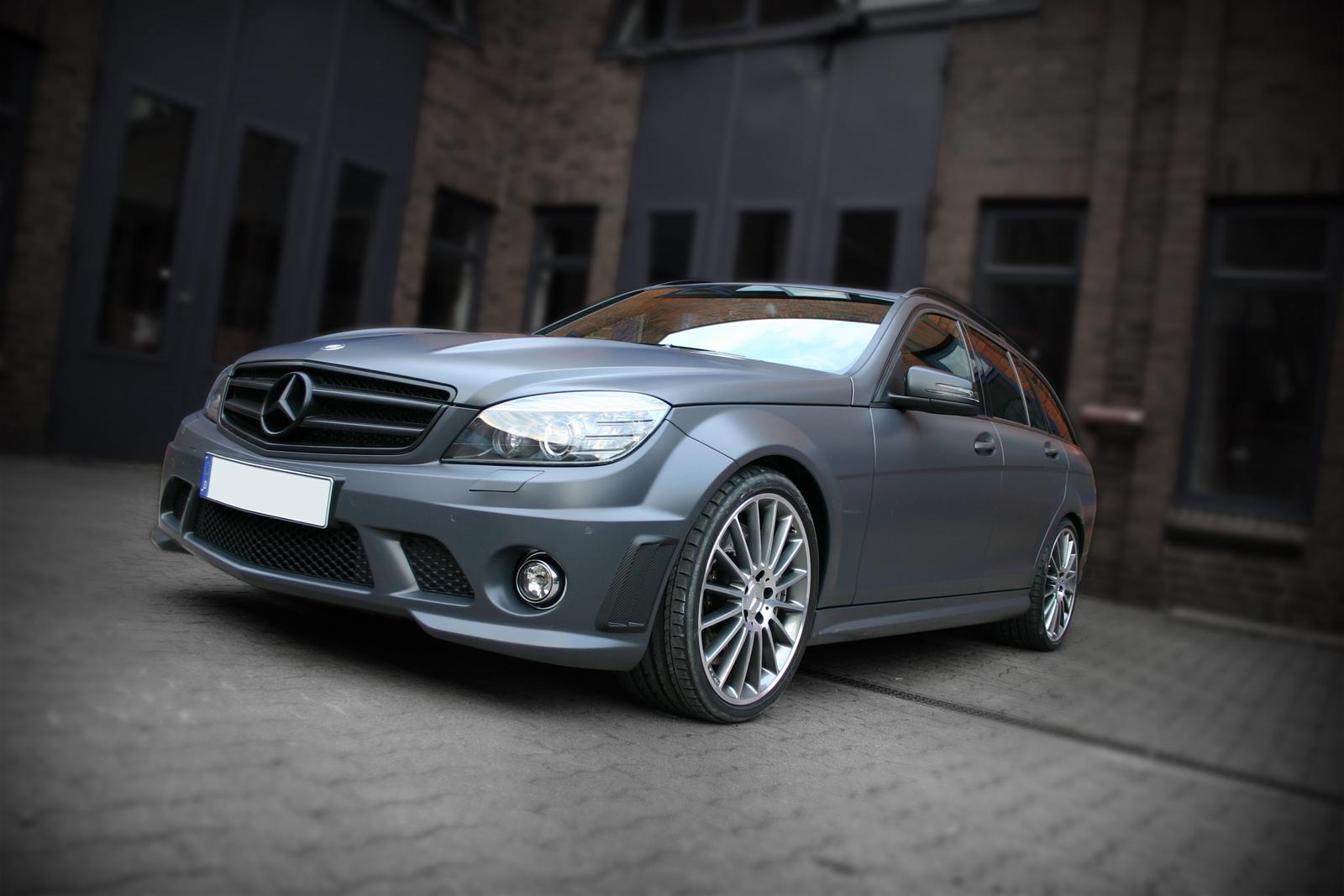 schraege Seitenansicht des folierten Mercedes C63 in Anthrazit matt