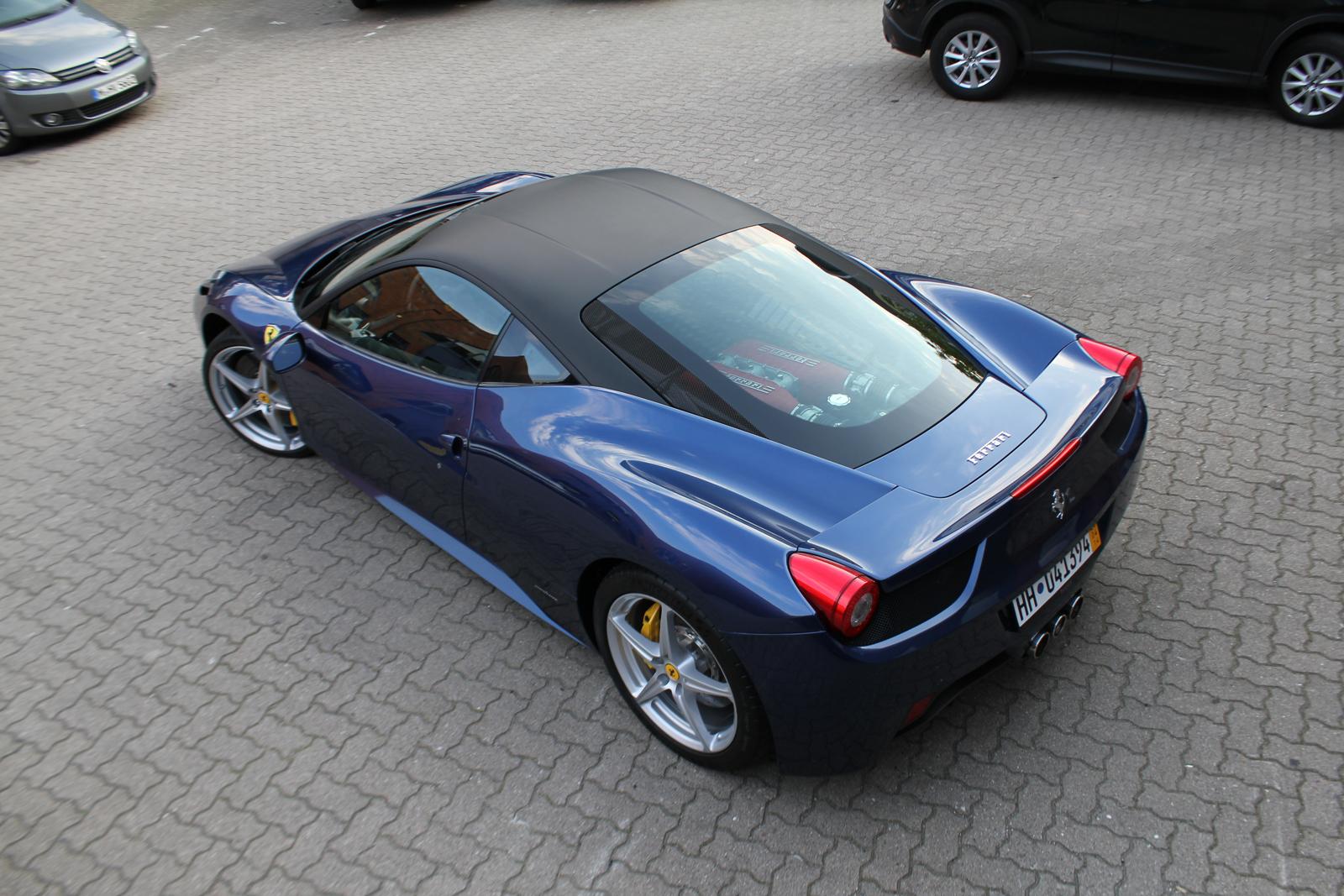 schraege Dachansicht des Ferrari 458 Italia mit Folierung in schwarz matt auf dem Dach