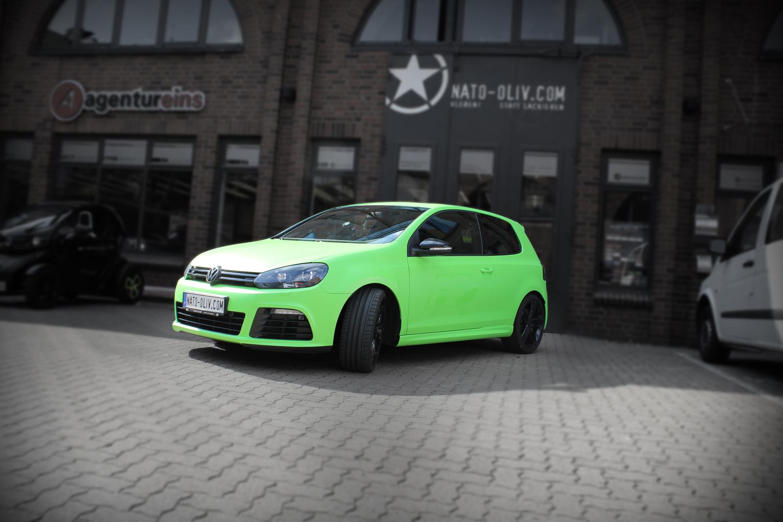 schraege Frontalansicht des VW Golf R mit Folie in Giftgruen beklebt