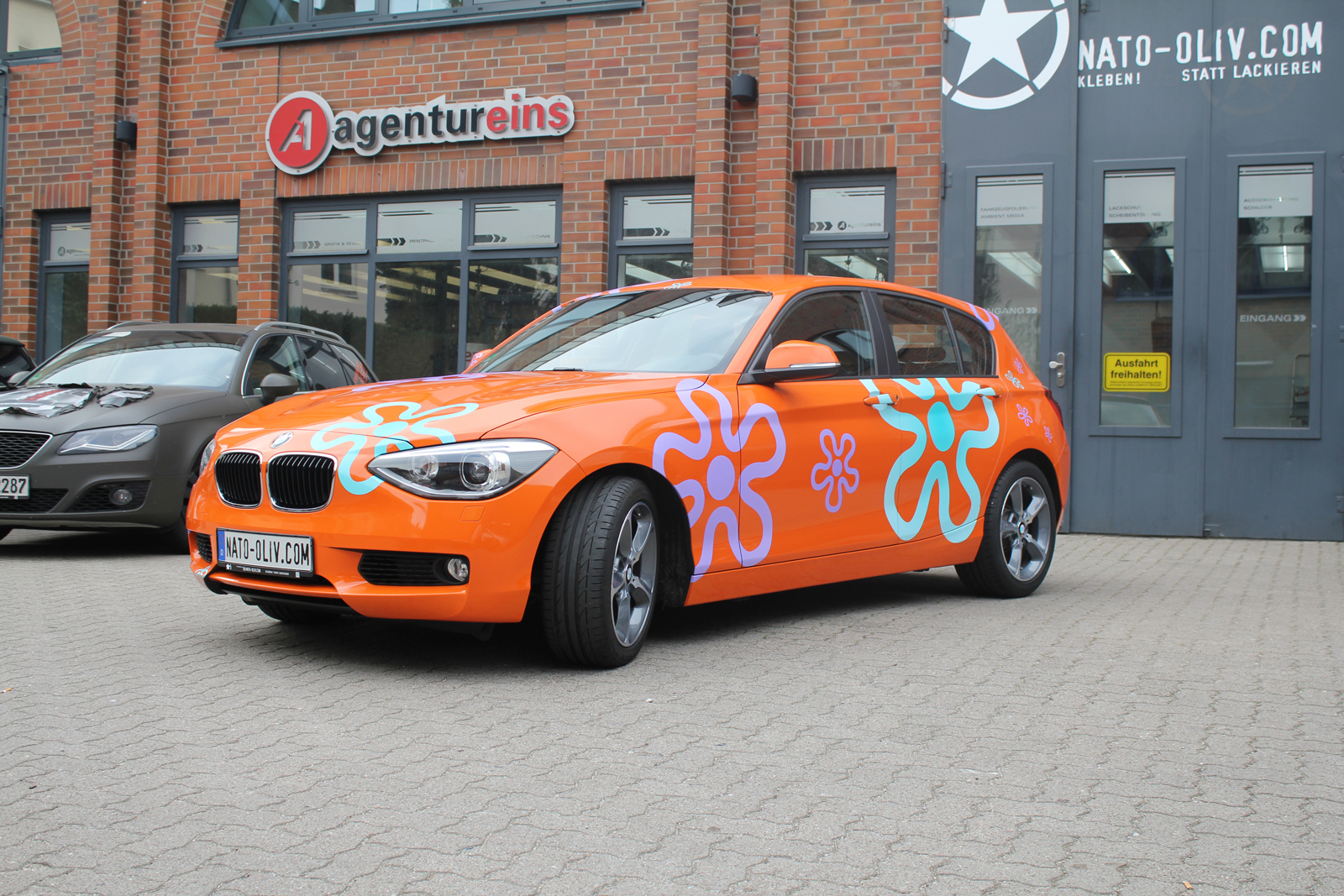 BMW_1ER_CAR-WRAPPING_ORANGE_GLANZ_FOLIE_BLUMEN_05